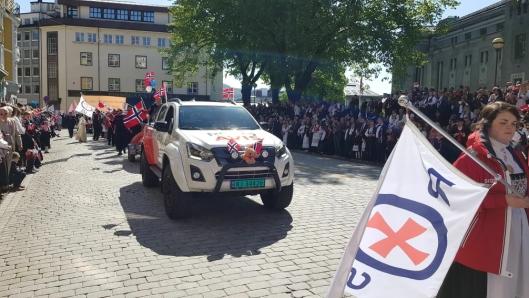 BLIKKFANG: Isuzuene får mye oppmerksomhet, som her i 17. mai-paraden i Bergen.