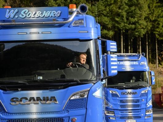 ALENE: Når Willy Solbjørg er ute og kjører en av lastebilene, står den andre alltid stille.