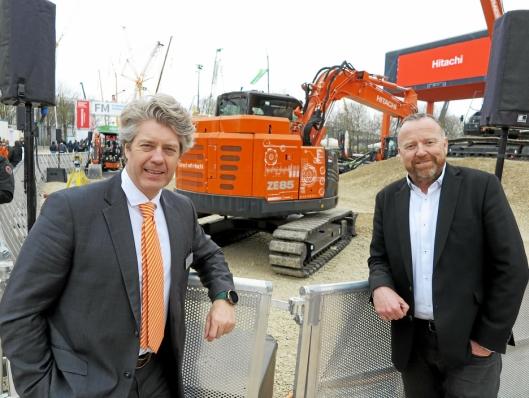 TIL NORGE: - Denne 8-tonneren med batteridrift ønsker vi velkommen til Norge, sier Nastas Lars Engmark (t.v) og Nils Arve Norendal.