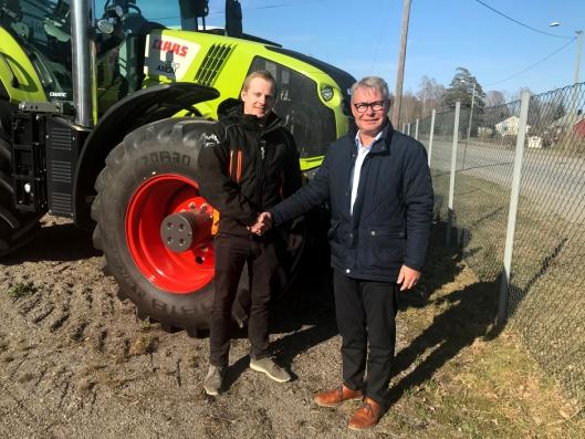 Daglig leder Trond Widar Løyning i Traktor og Maskin AS (t.v.) og Michael Husfeldt, administrerende direktør i Norwegian Agro Machinery har inngått forhandleravtale.
