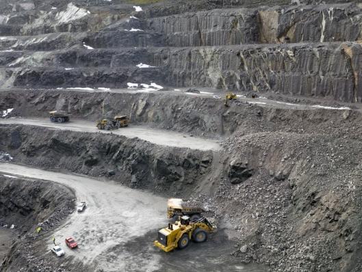 DIMENSJONER: Inne i gruva til Titania ser verken tipptrucken eller hjullasteren så store ut.