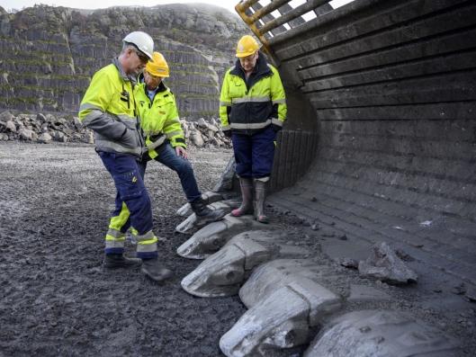 TANNPUSS: Alt er stort på Cat 994-hjullasteren. Kjell Gunnar Stormo (f.v.), Stig Vikeså fra Pon, og Gunnar Vinterstø fra Titania er enige om at de nye tennene på gigaskuffen går fint inn i massene.