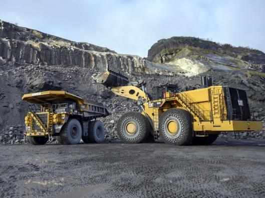 LIKEVERDIGE: Cat 994K-hjullasteren ser enorm ut selv sammen med tipptrucken som veier 300 tonn fullastet.