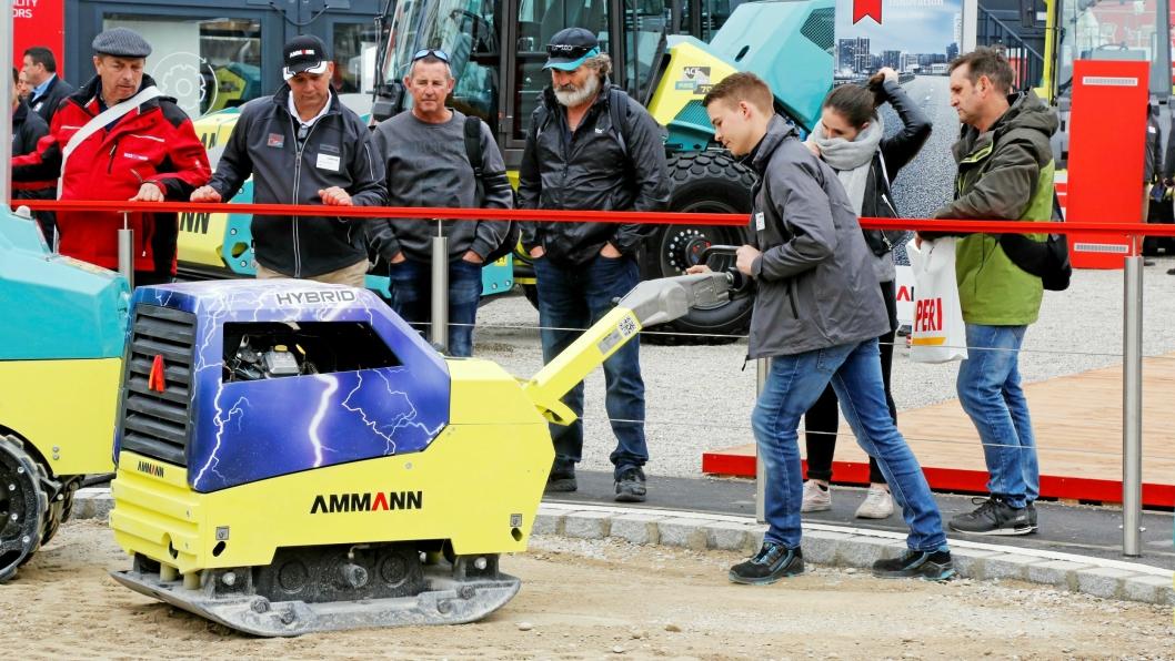 HYBRID: Hybrid vibroplate hos Ammann på Bauma. Nå skal den til test i Norge.