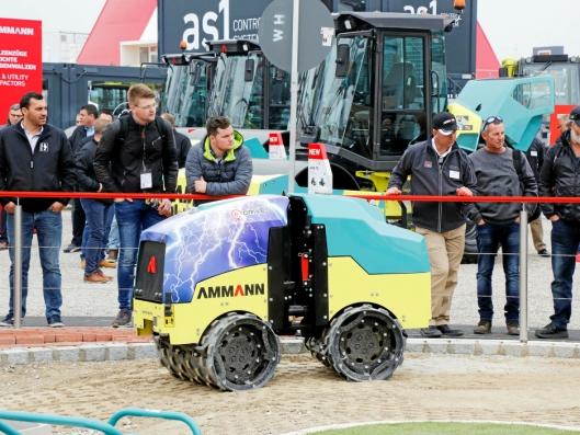 ELEKTRISK: Elektrisk grøftevals på demofeltet til Ammann på Bauma.