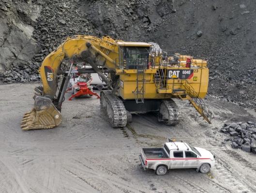GIGAGRAVEREN: Titania har to forgravere som denne Cat 4060'en på 400 tonn. Den andre er eldre, og den gangen var det OK som produserte disse maskinene.