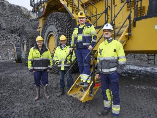FORNØYDE: Gunnar Vinterstø (f.v.), servicesjef Stig Vikeså (Pon), maskinfører Oskar Løtoft og vedlikeholdsplanlegger Kjell Gunnar Stormo er alle fornøyde med den nye hjullasteren.