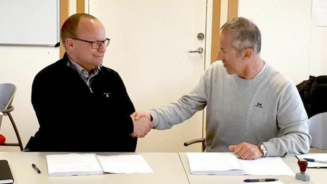 Tirsdag 23. april undertegnet Johan Hansson (t.v.) fra Peab og prosjektleder Åge Brudeseth fra Statens vegvesen kontrakten om å bytte ut betongdekket på E6 nord for Gardermoen med asfalt.