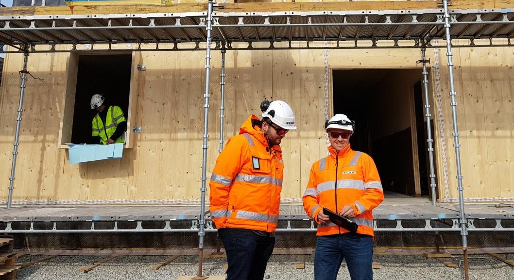 Prosjektleder Ole Gøran Hansen (t.v.) og anleggsleder André Thorsdalen foran internatet, som bygges i massivtre.