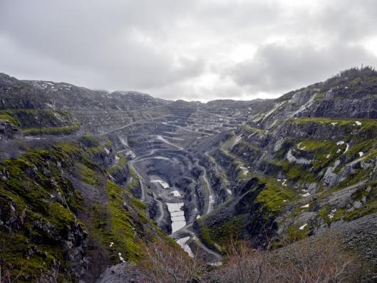 ENORMT: Bruddet på Titania er 2,9 kilometer langt, 600 meter bredt og 300 meter dypt. Da kreves det grov redskap.