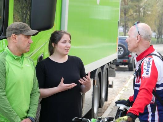 Ranveig Falch og Haakon Wang (t.h.) har begge nære slektninger som er omkommet etter ulykker med lastebiler i Oslo. Onsdag 24. april 2019 fikk de demonstrert teknologien – Falch fra passasjersetet sammen med sjåfør Slava Mironchik (t.v.), og Wang som syklist. De er begge glade over initiativet til Syklistenes Landsforening og Bring.
