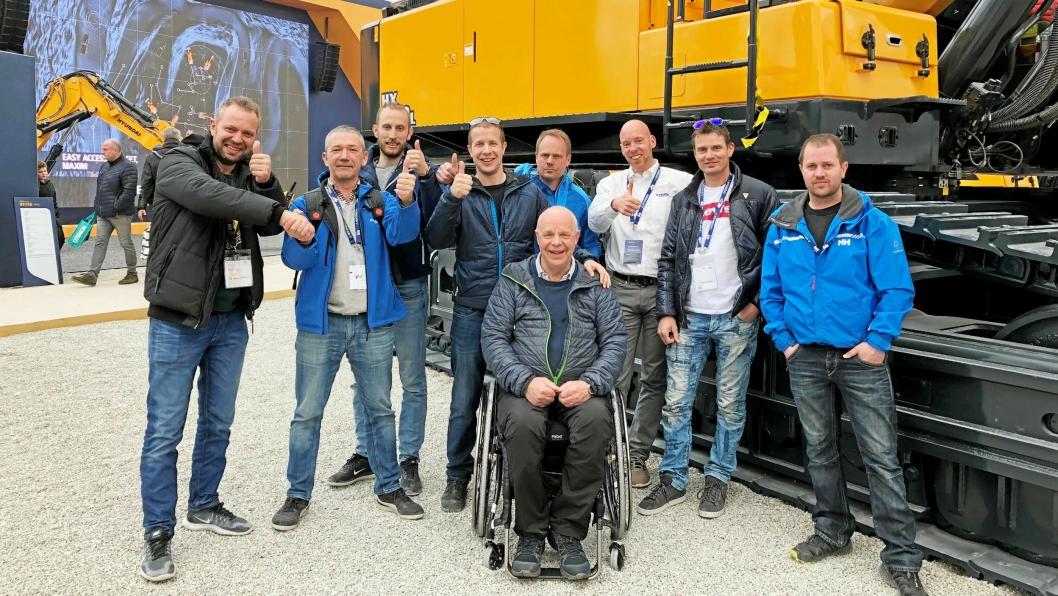 HISTORISK: Det første maskinsalget for EMSG Norge AS ble inngått på Bauma lørdag 13. april. En solid stab fra Fosse Maskin og Transport AS jublet for håndtrykket mellom Frode Fosse (t.v.) og Endre Dyngeland, EMSG.