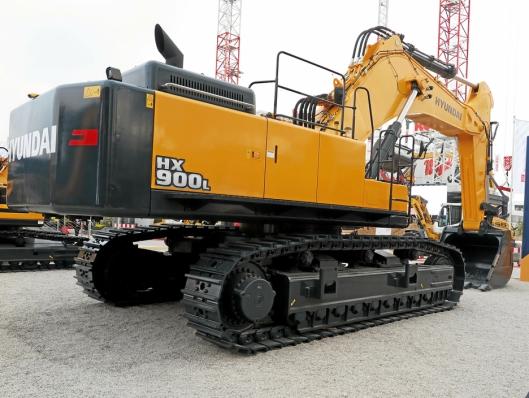 STOREBROR: Nykommeren 90-tonneren Hyundai HX900L er den hittil største maskinen i parken.
