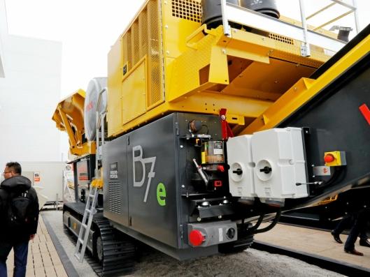 To kontakter er montert på B7e-kjeftknuseverket for å kunne hente strøm til en elektrisk lastemaskin.