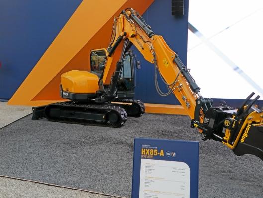 KOMMER: På Bauma sto prototypen HX85A (8-9 tonn) som blir klar for Europa i slutten av året.