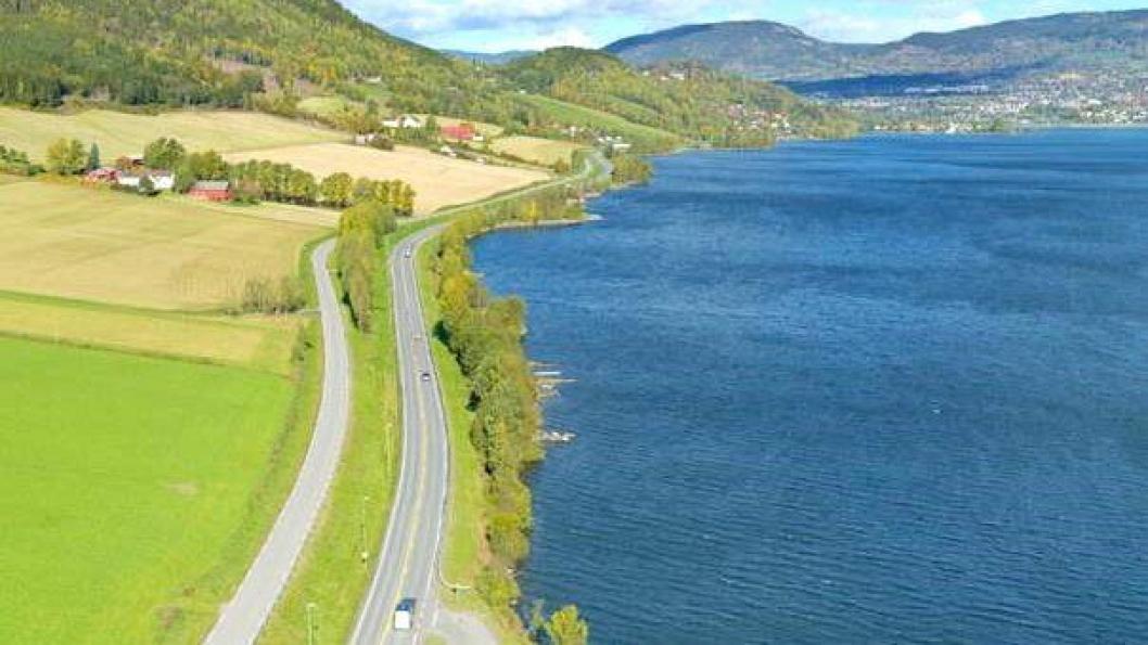 Fra eksisterende E6 langs Mjøsa på strekningen Roterud - Storhove. Her skal det bli firefelts motorvei.