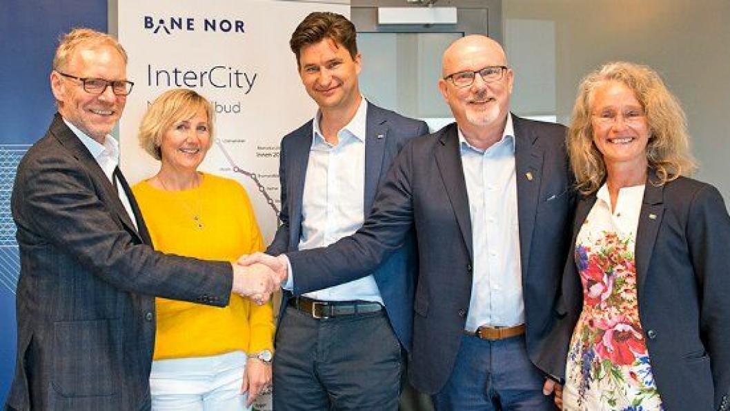 Fra venstre: Einar Kilde (utbyggingsdirektør i Bane Nor), Stine Ilebrekke Undrum (prosjektdirektør Utbygging øst i Bane Nor), Mathias Fabich (daglig leder i Hæhre og PNC ANS), Gudmund Roen (daglig leder i Hæhre) og Bettina Gerti Gross (markedssjef PNC).