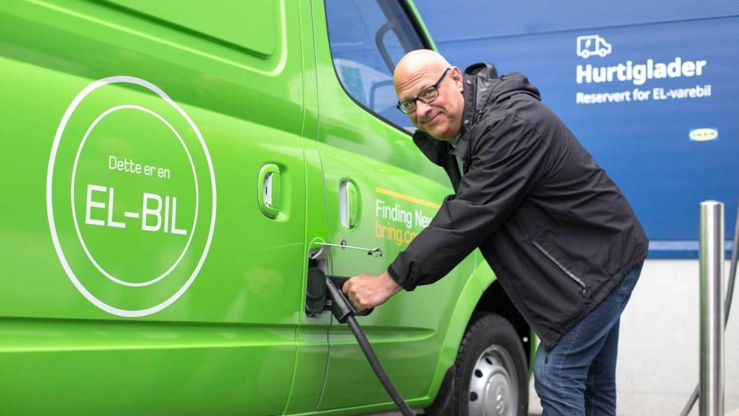 Anders Lennartsson, bærekraftsjef i Ikea Retail Norge, er svært fornøyd med at el-varebilene er på veien.