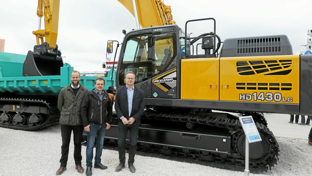 KATO-GRAVER: Den norske trioen Roger Langhelle (f.h.), Hans Olav Løen og Richard Sørensen ved Katos 34-tonner HD1430LC som representerer 7. generasjon beltegravere.