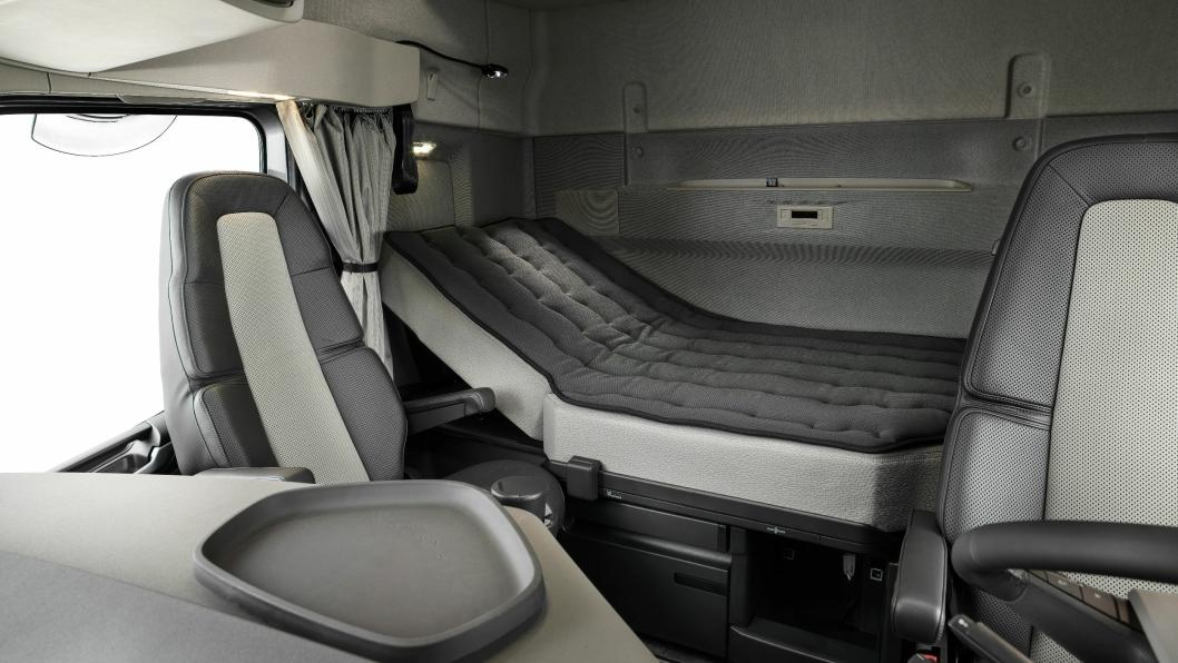 Det nye XXL-førerhuset kan bestilles med en seng som har heve og senkefunksjon for overkroppen.