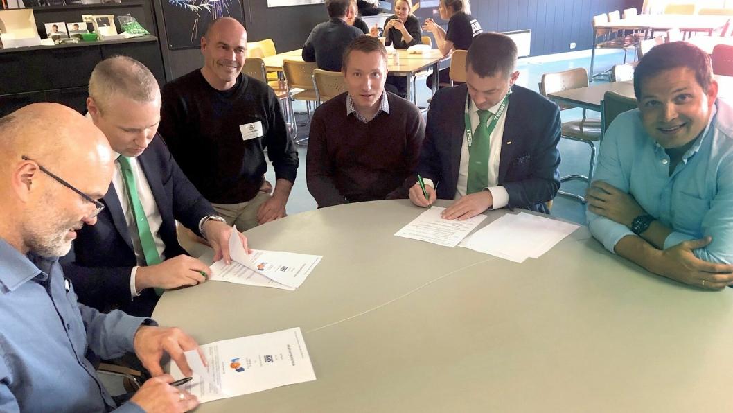 Bilde fra signeringen. Fra venstre: Kent Sandsmark (leder innkjøp og logistikk AMV), Jan Ivar Lindseth, (Tess), Ivar Skahjem (Tess), Tomas Sönel (strategisk innkjøper AMV), Roar Kleven (Tess) og Peder Andersen (administrerende direktør i AMV).