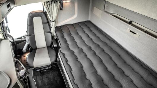 Den nye sengen er 25 cm bredere og 13 cm lengre enn forgjengeren. Den øvre delen av hver fjær i den nye madrassen er innelukket i avlastende polyeterskum som tilpasser seg sjåførens kropp.