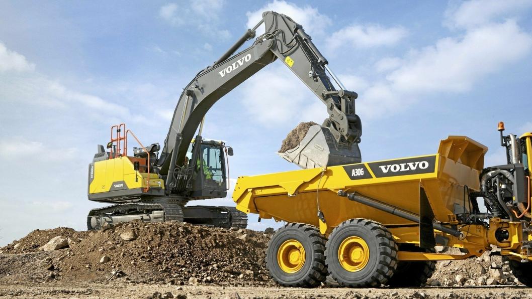 HYBRID: Opplasting i 90 grader og med graveren plassert høyere enn dumperen, er optimale forhold for den nye hybridmaskinen til Volvo. Nå skal maskinen ut på test før den blir tilgjengelig.