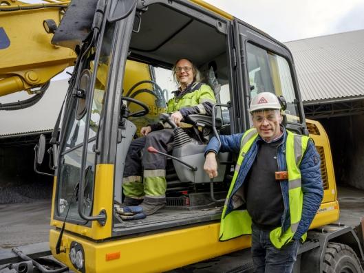 FORNØYD: Atle Kvinlaug kjørte den gamle maskinen i over 20 år, og nå kan Hesselberg Maskin-selger Roy Arne Jansen konstatere at den nye virker like bra.