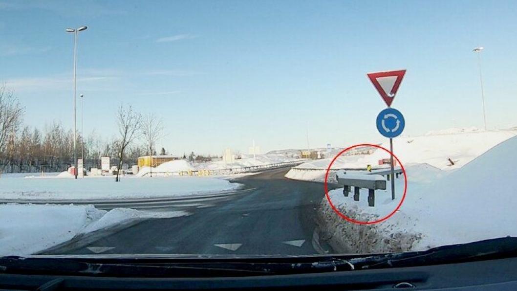 Rekkverksende som ikke er tilstrekkelig sikret, mot fartsretningen, E6 Innlandet.
