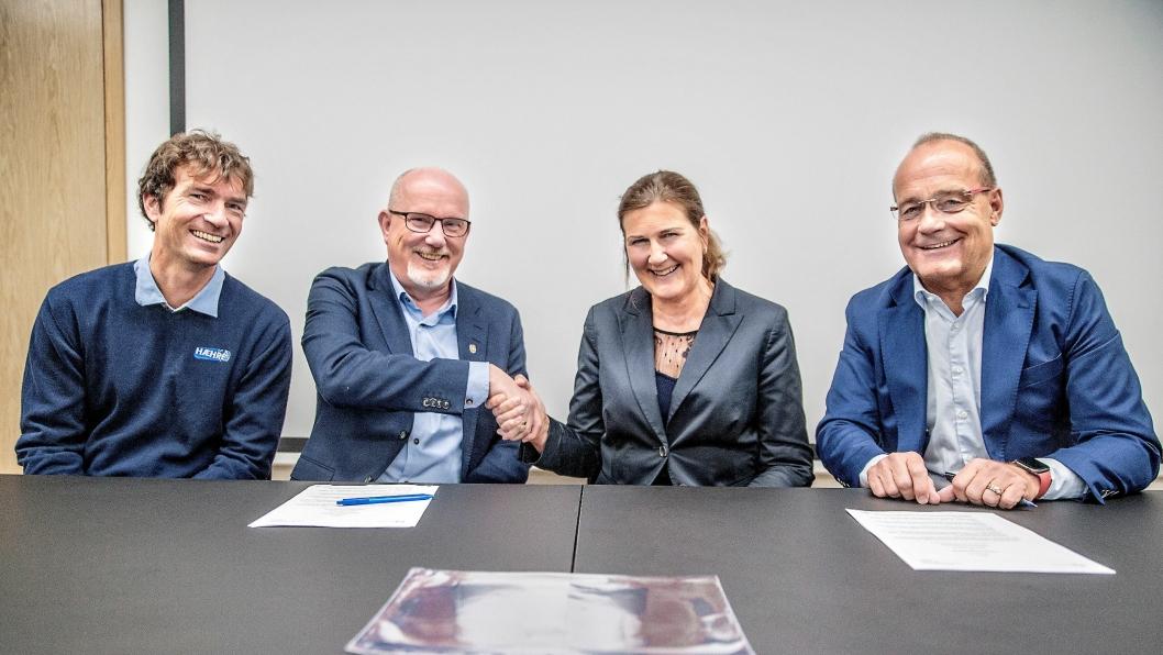 Fra venstre: Trond Simensrud (prosjektleder i Hæhre Entreprenør), Gudmund Roen (daglig leder i Hæhre Entreprenør), Ingrid Dahl Hovland (administrerende direktør i Nye Veier) og Johan Arnt Vatnan (prosjektdirektør i Nye Veier E6 Trøndelag).