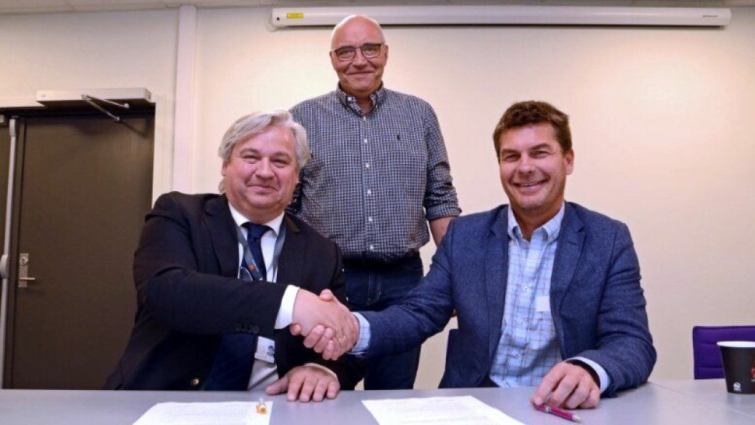 Regionvegsjef Kjell Inge Davik gratulerer Eivind Iden i Presis Vegsjef med Hallingdalkontrakten, assistert av Bjørn Nyhus i SVV.