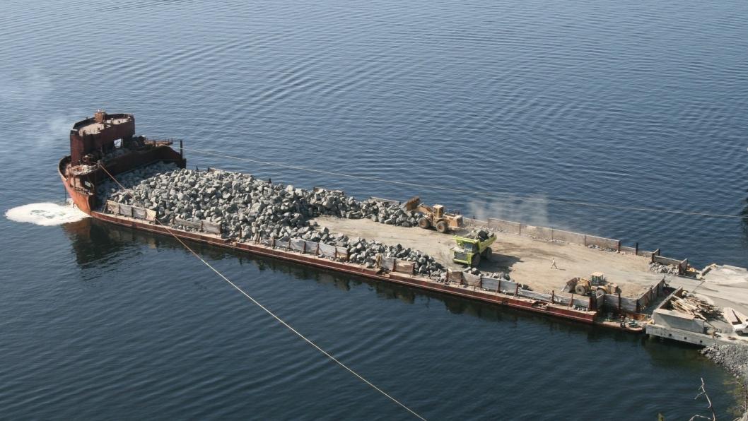 Lekteren fylles opp med stein i Kragerø. Fullastet tar lekteren ca. 13.000 tonn stein.