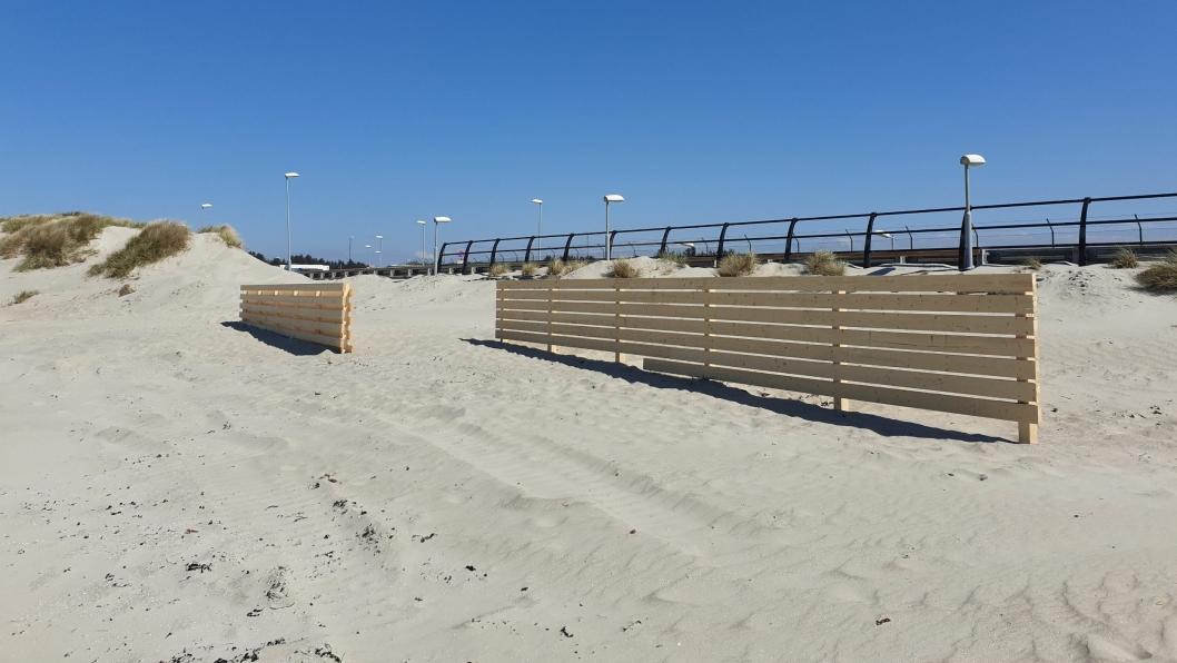 Statens vegvesen har satt opp sju treskjermer på Solastranda for å holde sanden unna veien.