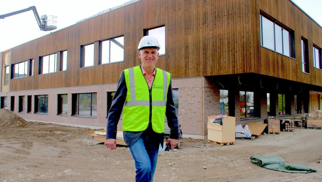 Nye Vestsiden Ungdomsskole på Kongberg er et plusshus i massivtre på 4800 kvadratmeter med plass til 480 elever. Produksjonssjef i Kongsberg Kommunale Eiendom(KKE), Brynjar Henriksen, opplyser at overlevering av nybygget vil skje i juni 2019.