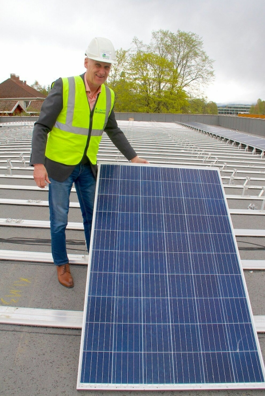 Produksjonssjef i KKE, Brynjar Henriksen, viser solcellepanelene som monteres på taket av nye Vestsiden ungdomsskole. Solenergien skal gjøres om til hydgrogen om sommeren som så skal lagres og benyttes til ny energiproduksjon om vinteren.
