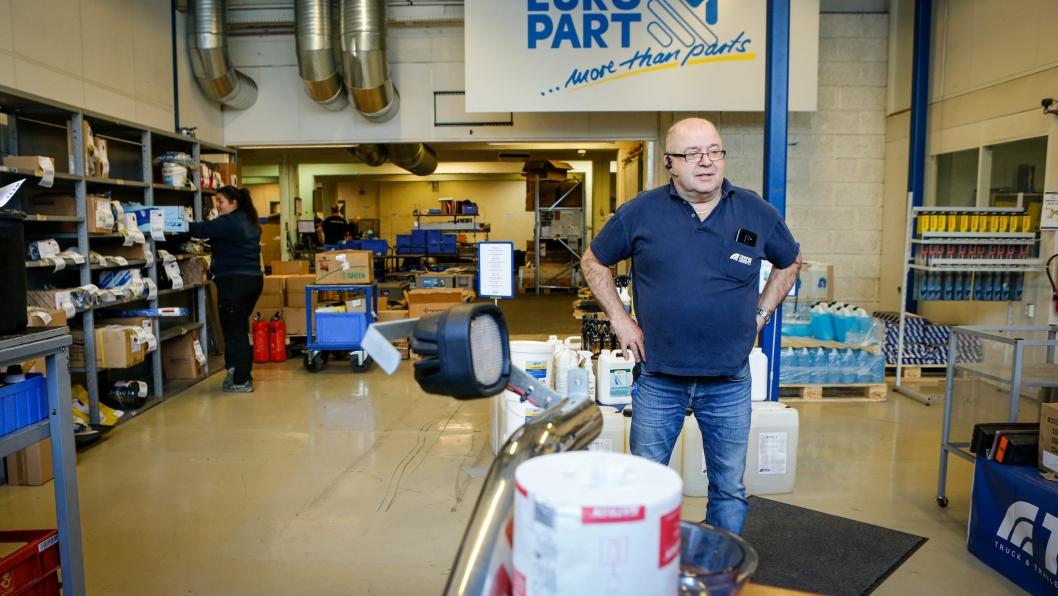 PROBLEMLØSEREN: Alf Austad på kundemottaket hos Truck & Trailer løser det meste. Trenger du en del til lastebilen, bussen eller hengeren, vet veteranen nøyaktig hva du leter etter.