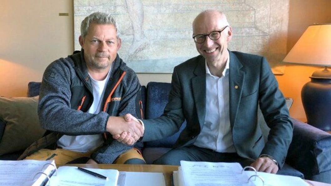 SIGNERING AV KONTRAKT: Fra venstre Steinar Bergquist, daglig leder i BMT AS og Per Morten Lund, Regionvegsjef i Statens vegvesen.