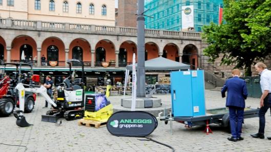 MASSE NYTT: Batteripakke på henger, elektrisk gravemaskin, hybrid vibroplate og elektrisk hjullaster hos Anleggsgruppen AS.