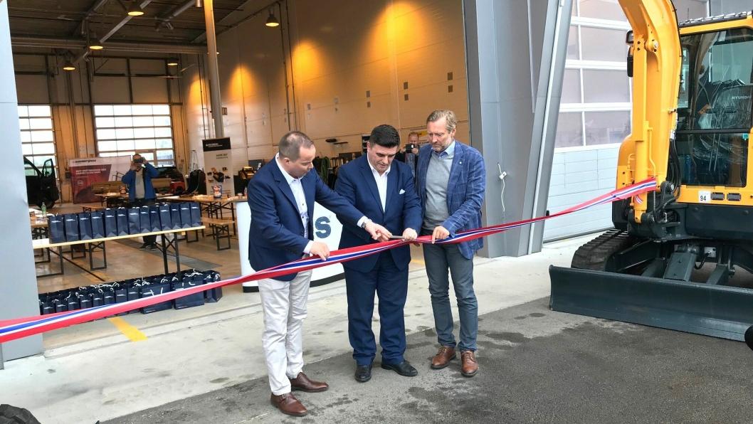 Fra venstre: Finn Thrane Johansen (daglig leder i EMSG Norge), Nicolas Rousseau (Hyundai Construction Equipment Europe) og Kjell Ove Moss (eier av EMSG Norge AS) foretok den offisielle åpningen av anlegget med båndklipping.