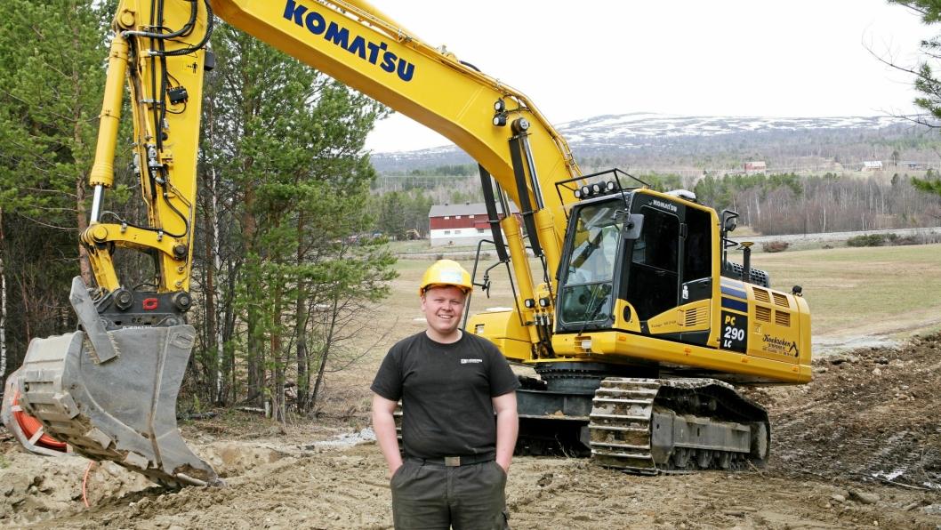 TYNGST: Den tyngste gravemaskinen er en Komatsu PC290-11 (30 tonn) som Kristoffer Krokrud bruker på det nye hyttefeltet på Lesjaverk.