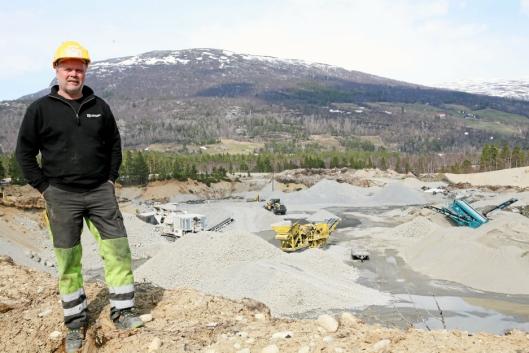 MASSER: Knut Krokrud på toppen av Breivassøymoen Masseuttak som Kvekroken overtok for fire år siden. Foto Hans Fossum