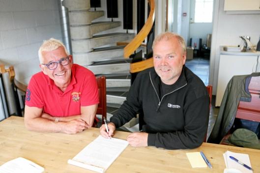 HANDEL: Knut Krokrud (t.h.) og Dag Bråten, Hesselberg Maskin, undertegner kontrakten på den syttende Komatsu-maskinen.