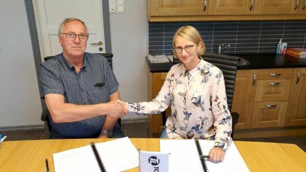 Prosjektleder Magnar Sydskjør i Tore Løkke AS og prosjektleder Hanne Louise Moe i Statens vegvesen signerte kontrakten.