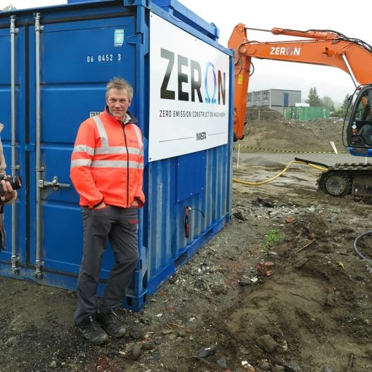 KABELCONTAINEREN: Jan Ivar Ibsen er leder for Nasta Spesialproduksjon og voktet containeren hvor kabeltromlene er montert.