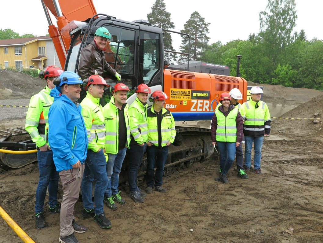 HOVEDENTREPRENØREN: Betonmast-mannskapet foran maskinen som blir en viktig brikke i Biri-prosjektet.