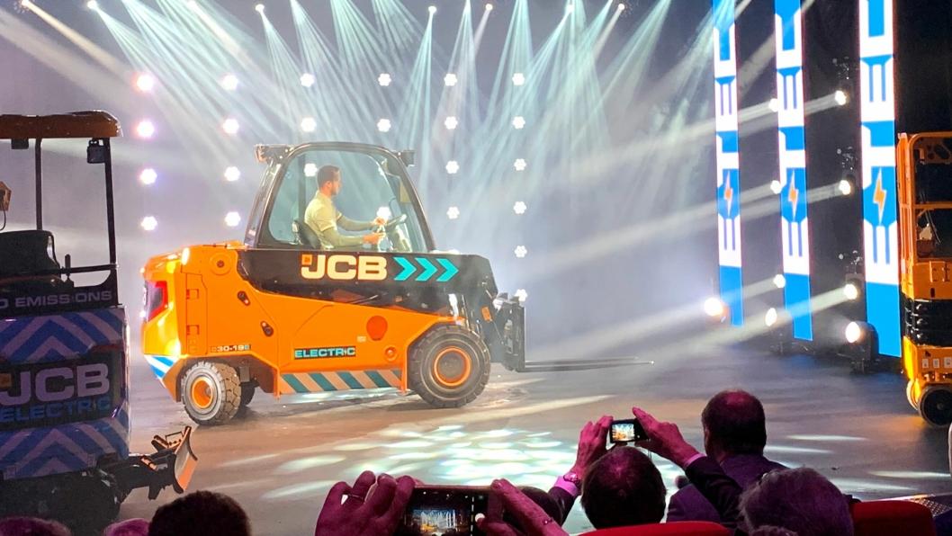 TELETRUK: JCB kommer nå med en elektrisk versjon av Teletruk. Maskinen ble lansert onsdag 5. juni i England, men den har allerede vært på en snarvisitt på et Ramirent-arrangement i Oslo for kort tid siden.