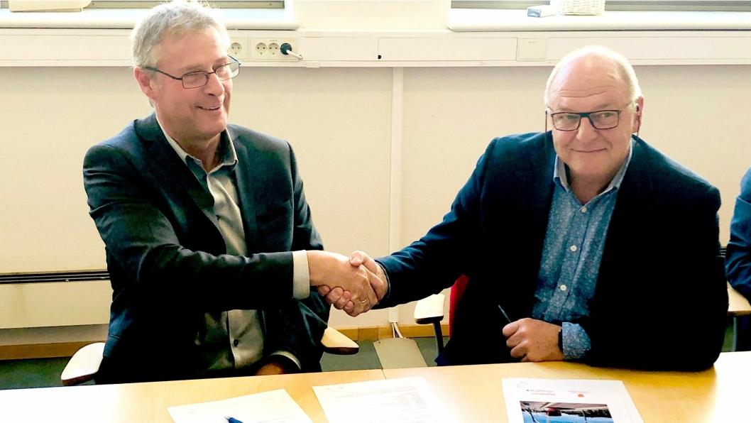 Prosjektdirektør Roger Skoglie i Bybanen Utbygging (t.v.) og konserndirektør Anlegg i Skanska Norge, Steinar Myhre signerte kontrakten til nær en milliard kroner.
