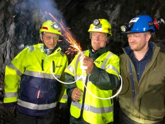 Fra venstre: NCCs prosjektleder Alf Helge Tollefsen, Færøyenes samferdselsminister Heðin Mortensen og adm. direktør Teitur Samuelsen fra byggherren Eystur- og Sandoyartunlar.