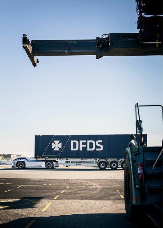 Autonome og elektriske Vera-kjøretøy transporterer containere fra DFDS sitt logistikksenter til en havneterminal i Gøteborg.