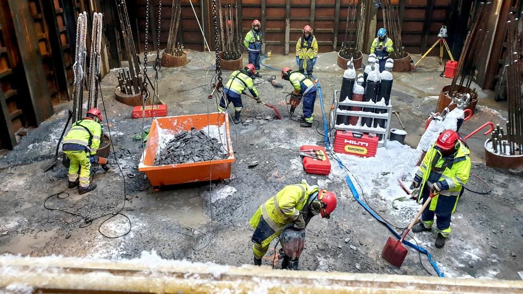 For å sikre brua mot gigantiske drivende isflak, måtte ingeniørene i Cowi se etter løsninger under vannoverflaten. Her støpes pelehodene i en vanntett stålkasse under vann.